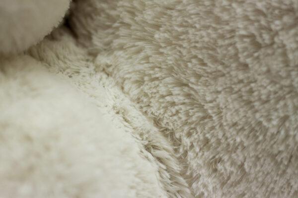 Плюшевый медведь белого цвета